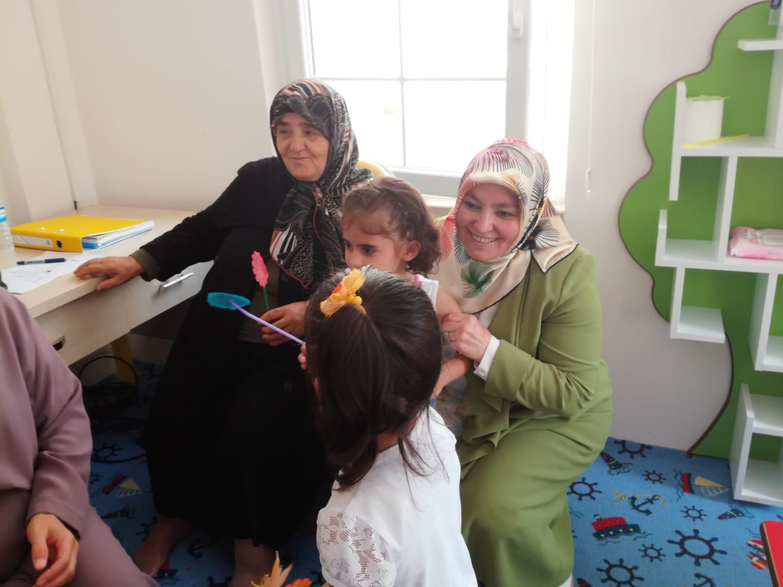 ANNE KARSLI, OĞLU ADINA YAPTIRILAN KUR'AN KURSUNU ZİYARET ETTİ