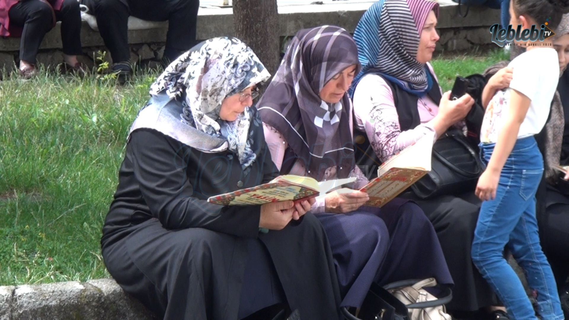 Aileler, Kuran Okuyarak, Dua Etti