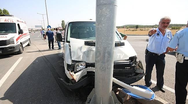 Araç Yol Tabelalarına Çarptı : 1 Yaralı