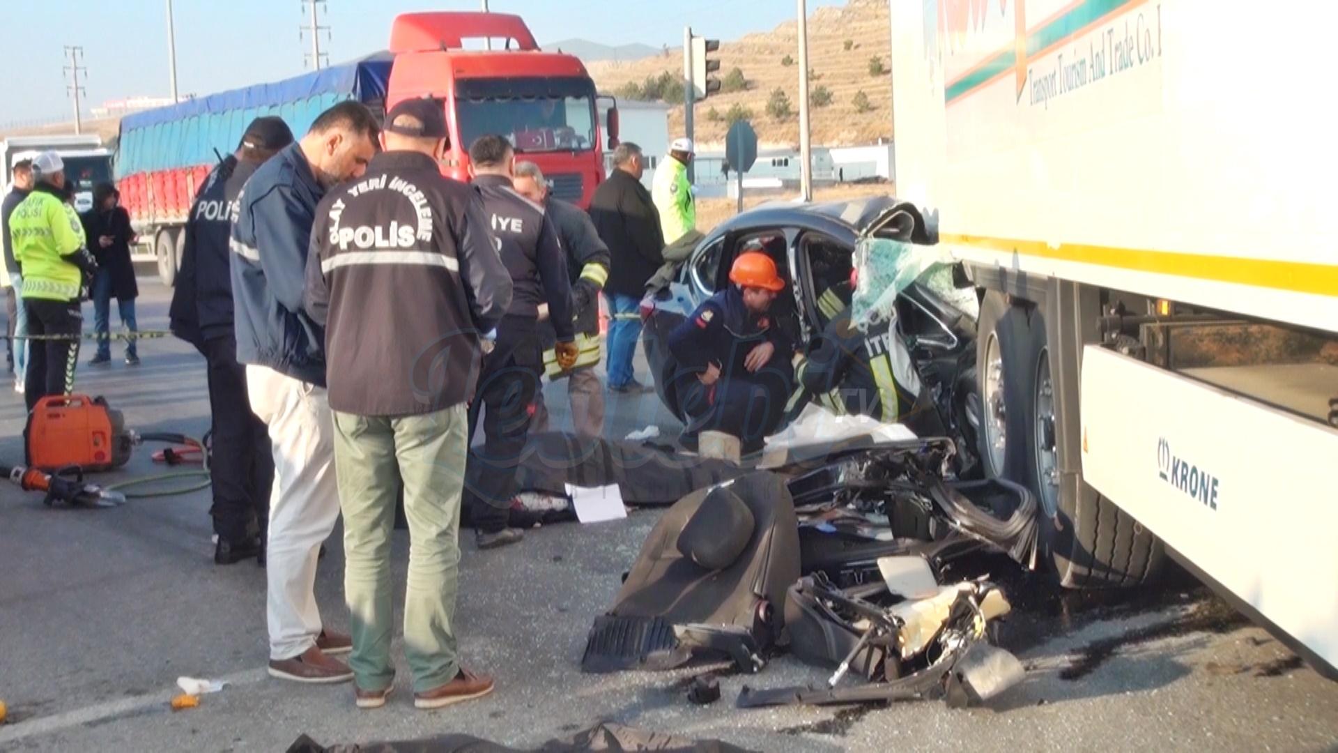 130 km hızla tıra çarptı: 3 ölü, 1 yaralı