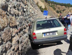 Otomobil Duvara Çarptı, Sürücünün Eşi Kurtarılamadı